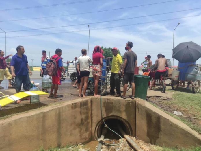 Habitantes de Maracaibo deben caminar hasta 10 kilómetros en busca de agua